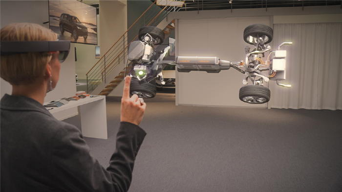 ▲마이크로소프트가 개발한 홀로렌즈(Hololens)를 활용해 볼보 자동차의 구조를 보며 가상 학습하는 모습 . (Image Source: Hololens.Microsoft)