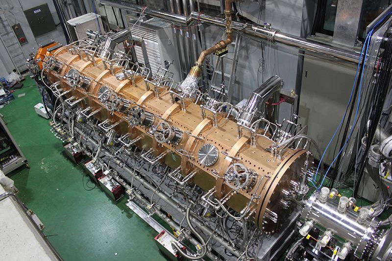 ▲ 중이온건설구축사업단에서 개발한 RFQ 선형가속기의 모습. 운전 주파수 81.25MHz, 길이 5m, 지름 1m의 크기의 RFQ 선형가속기는 빔 가속을 위해 전기장의 세기를 조절할 수 있다.